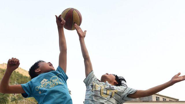 """在广西大石山区,因受经济发展、自然环境、师资力量等条件制约,这里的部分山村学校体育教育严重""""短腿""""。然而,尽管条件艰苦,缺乏体育设施,没有专业老师指导,但孩子们利用山旮旯里的狭小空间,打篮球、耍足球、打乒乓球、跳绳……在童年里感受体育运动带给他们的乐趣。据悉,广西教育部门正采取多项举措,计划在未来几..."""