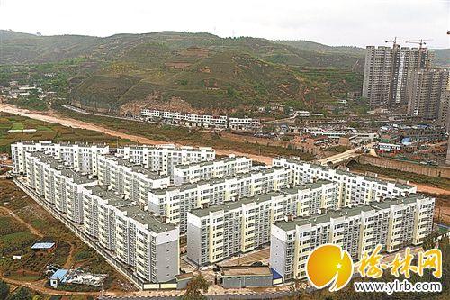 发展塑料拱棚740亩,新建日光温室大棚200多座,全县日光温室大棚达1800