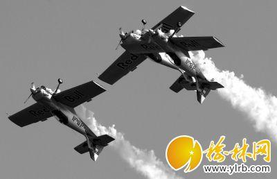 印度航展两架飞机相撞 飞行员仍安全着陆(图)