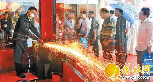 美国CP公司的气动矿用工具现场展示,吸引眼球。本报记者庄晨阳摄
