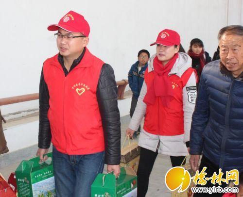 """愿者到子洲县火车站开展""""青春志愿行,温暖回家路""""青年志愿者服"""