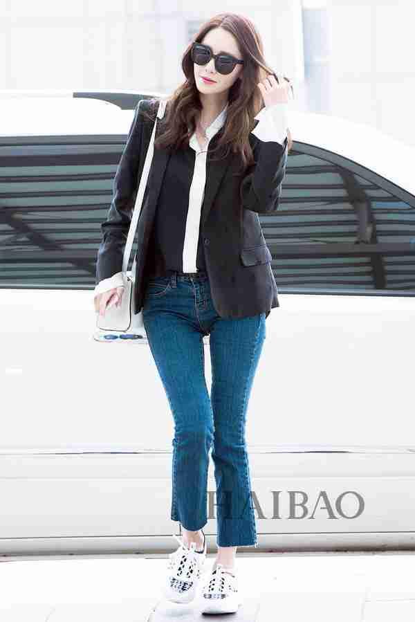 少女时代组合成员林允儿4月18日韩国仁川机场街拍:身着zadig &