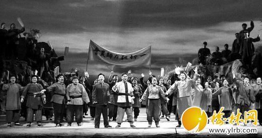 """精彩剧照 记者吴岸彪摄 为迎接第十一届中国艺术节在陕举办,陕西省文化厅特别推出的歌剧《白鹿原》昨晚(5月21日)在人民剧院首演。斑驳的窑洞、肃穆的祠堂、古香古色的戏楼、拔地而起的六陵镇妖塔……昨晚,这些最能代表白鹿原上的建筑元素被搬上舞台,该剧由著名作曲家程大兆先生编剧并作曲,在其精心布局自然生动的音乐中,小娥、黑娃和鹿三、孝文等角色,形象丰满栩栩如生。 """"真实""""白鹿村搬上舞台 歌剧《白鹿原》的剧本改编者把小说中错综复杂的家族社会关系浓缩为田小娥和黑娃"""