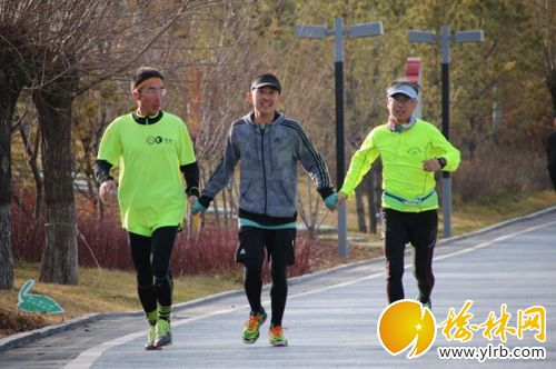 三人跑步简笔画