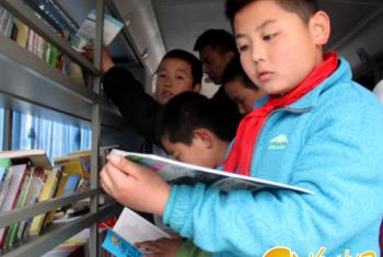 """米脂县斌丞图书馆举办流动图书车""""送书下乡""""活动"""