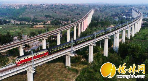 榆林/5月22日,一辆榆林开往西安的客运列车驶过归德堡铁路大桥。...