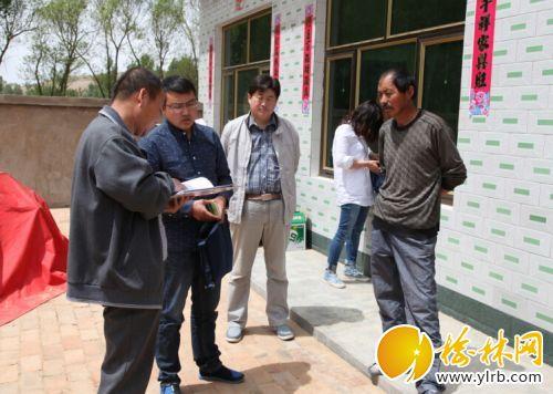 中山涧党员领导干部在深入群众家中为为民现场办理合作医疗。
