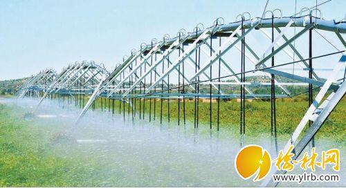 现代化大型喷灌机在实施喷灌作业。刘河摄