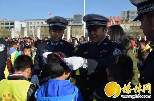 靖边县交警大队联合县文明办开展交通安全宣传日宣传