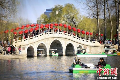 资料图:清明假期北京市民赏春光。a href=