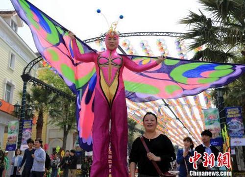 资料图:清明节,上海春风和煦,许多市民外出踏青赏景。a href=