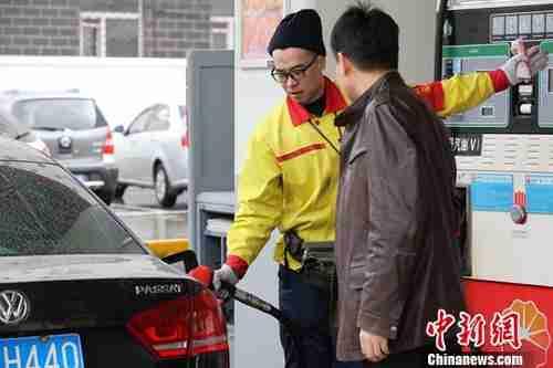 资料图: 哈尔滨市一加油站内,车主排队加油。 <a target='_blank' href='http://www.chinanews.com/'>中新社</a>记者 于琨 摄