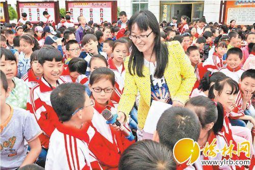 在中小学生中开展道德大讲堂活动