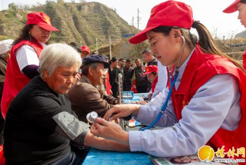 市慈善协会重阳节向贫困老人送关心慈善行动侧记