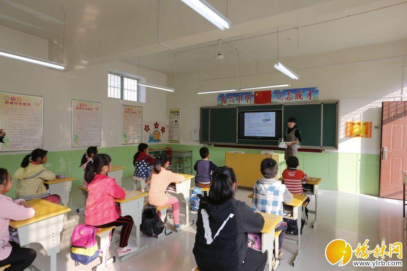 农村的孩子也用上了电教设备