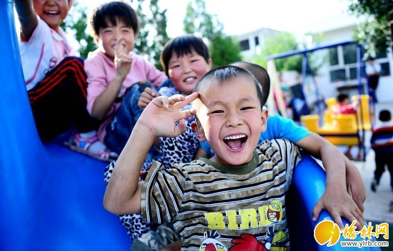 新华社记者看榆林;横山县聋儿语训学校8月24日,聋儿刘帅(前)和同学们在课间玩耍。新华社记者金良快摄