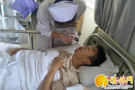 图片受伤后在医院治疗期间的辅警王进国。 郭丽娟 摄