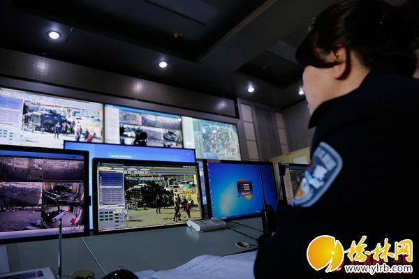 <p>王禹</p>力在监控大屏巡查时,正好看到丈夫张冲在站区巡逻。(人民网 李发兴 摄)