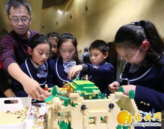 """(新华网)(1) 乐高""""垂直城市""""概念模型亮相上海中心大厦"""