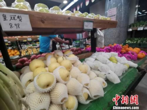 圖為超市里的皇冠梨。 謝藝觀 攝