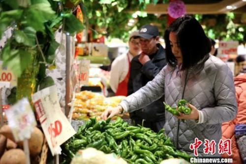 资料图:市民挑选新鲜蔬菜。 孙睿 摄