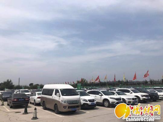 景区外的停车场内,来自全国各地的私家车整齐停放。 李庭耀 摄