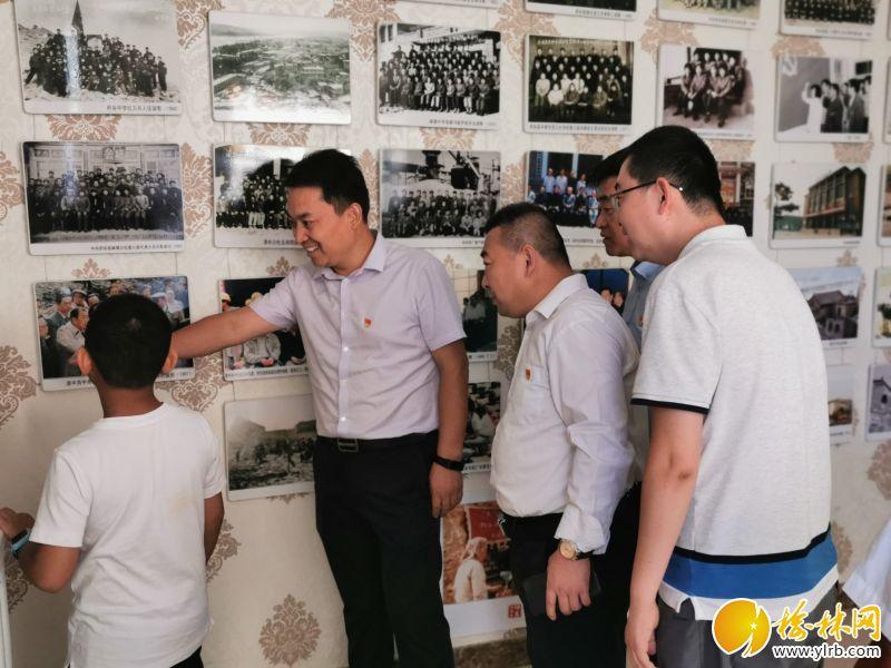 """赵五家湾便民服务中心全体党员赴碛塄开展以""""追寻红色足迹""""为主题的党日活动。"""