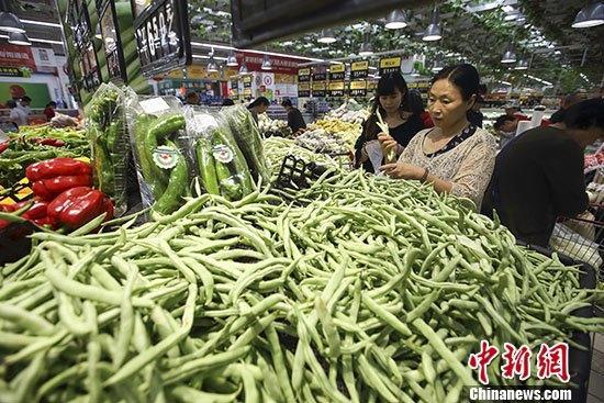圖為民眾在山西太原一超市選購蔬菜。 <a target='_blank' >中新社</a>記者 張云 攝