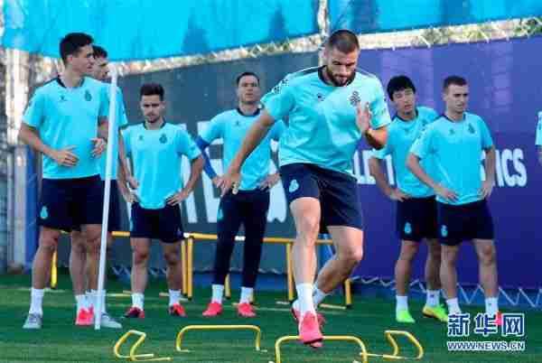 (体育)(3)足球——西班牙人队恢复小规模训练