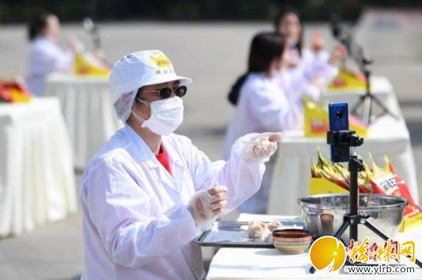 """资料图:一位工人直播包""""辣条馅""""的饺子。<a target='_blank' href='http://www.chinanews.com/'>中新社</a>记者 杨华峰 摄"""