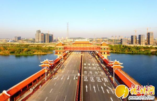金峰大橋全長1.59公里,主線橋梁全長1227米,上跨主橋廊橋的觀江閣跨徑54米,雙向雙幅八車道。 柳長兵 攝