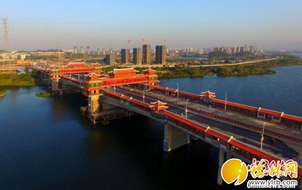 一橋飛架南北,凌空俯瞰金峰大橋,紅色的廊亭、樓閣十分醒目的橫跨在九龍江西溪上。 柳長兵 攝