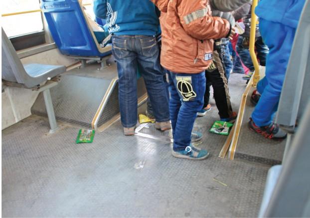 榆林部分小学生公交车上打闹嬉戏惹人忧小学白龙海口市图片
