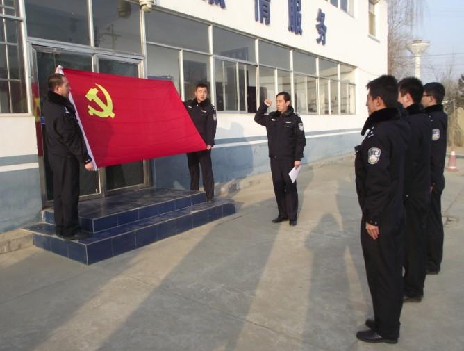 """纪念日""""重温入党誓词主题活动,向过政治生日的3名党员发放了温馨贺卡"""