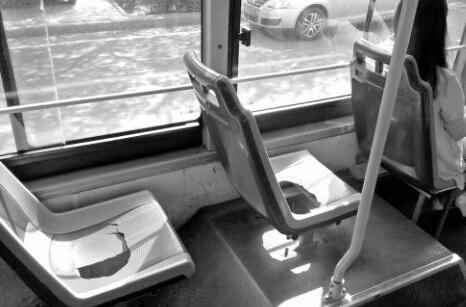 公交车座椅严重破损榆林市民调侃:破烂似马桶